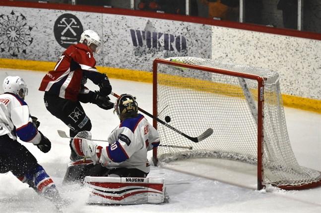 Nicolas Neznik kvitterade till 1–1 för Muik Hockey, men sedan rymde HCIK igen.