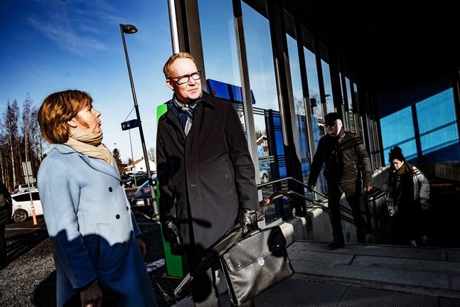 VR:s vd Rolf Jansson, som besökte Jakobstad i går på inbjudan av justitieminister Anna-Maja Henriksson (SFP), kom inte med några löften men enligt Henriksson fördes diskussionerna i konstruktiv anda.