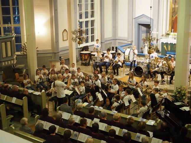 Under ledning av Benny Ojala visade medlemmarna i Närpes skolmusikkårs C-orkester att de är redo för en framtid i A-orkestern.