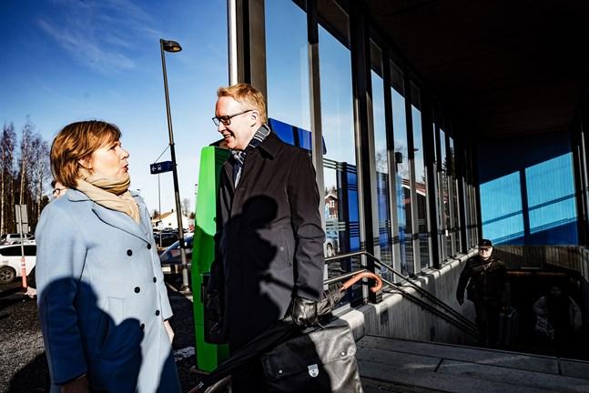 Anna-Maja Henriksson och VR:s vd Rolf Jansson vid Bennäs station den 17 februari 2020.