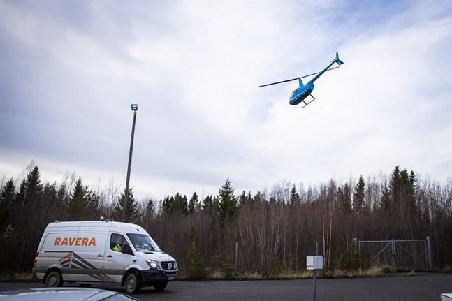 I år har Ravera kollat elnäten i skärgården med hjälp av helikopter.