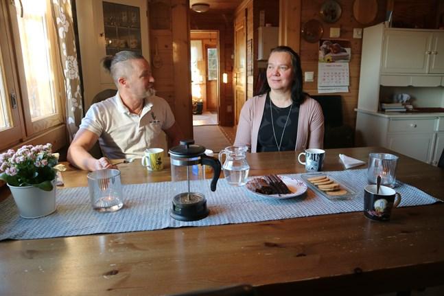 Inom några år förlorade Lappfors både skola, butik och byandan. Lappforsföräldrarna Kaj Sandell och Tarja Häll finns tiden som tung.