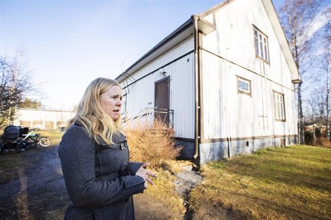 Huset som Vestis och Camilla Ekberg förfogar över i Gerby börjar vara i så dåligt skick att det inte lönar sig att renovera.