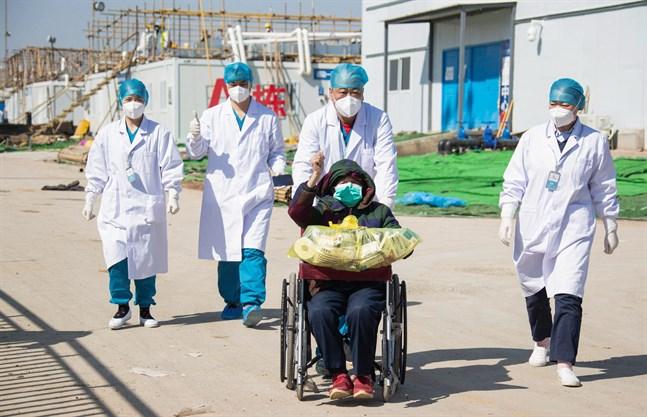 En 83-åring på bättringsvägen på väg ut från det nybyggda sjukhuset Leishenshan i Wuhan.