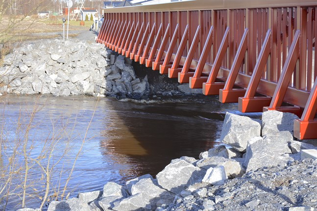 Nya och större stenar har lagts som skydd framför Finby bros fästen efter att förra veckans flöde i Närpes å började gnaga bort det befintliga materialet.