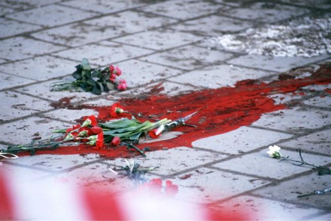 Sörjande människor kastade in blommor vid mordplatsen – något som kan ha varit negativt för utredningen. Arkivbild.