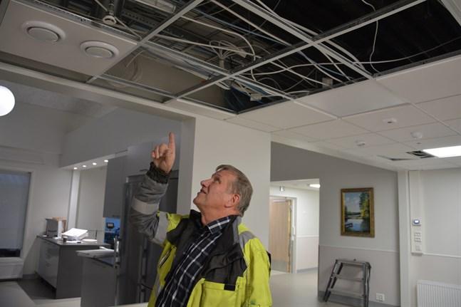 Bjarne Hofman visar var ett 18 millimeters sprinklerrör sprang läck på Alina. Han är byggnadskontrollant då Närpes vård- och servicecenter renoveras och byggs till.