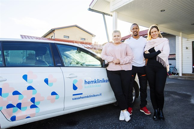 Katja Hansen, Sospeter Kimani och Jenna Kimani vid den nytejpade företagsbilen som tar sjukskötarna från patient till patient.