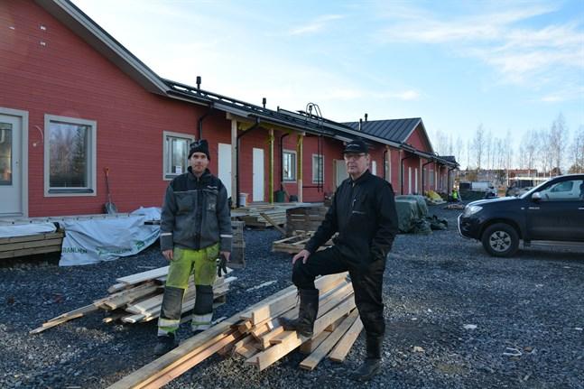 Den gamla grunden från Kårkulla-boendet har återanvänts för radhuset med seniorbostäder. Rasmus Ström och Ralf Ström konstaterar att det ledde till nästan lika mycket arbete som att lägga ny grund.