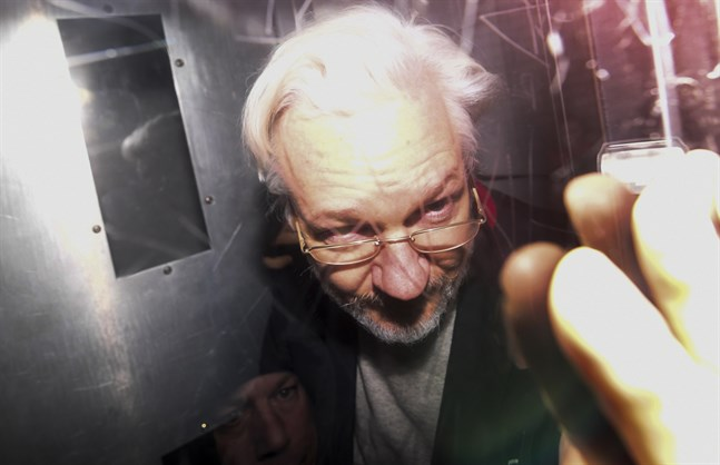 Julian Assange kliver ur en fångtransport efter ett domstolsförhör i London den 13 januari. Arkivbild.