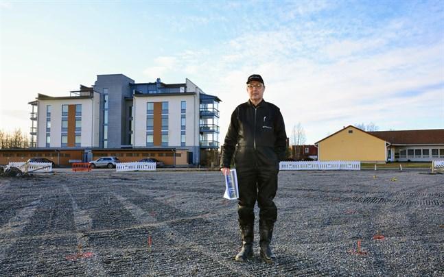 Ralf Ström står på den plats där ingången på nya höghusets östra sida hamnar. I bakgrunden Ströms förra höghusbygge Åstranden.
