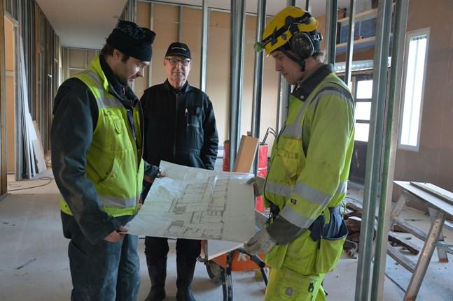 Det nya hälsohuset ska stå klart i sommar. Jonas Ström, Ralf Ström och Niklas Lindfors studerar ritningarna.