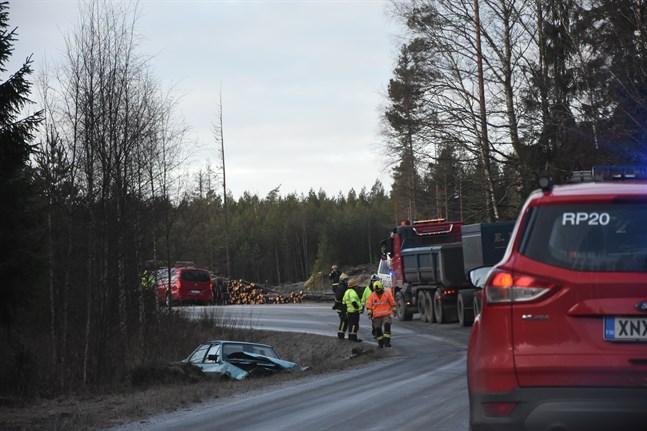 Personbilen fick rejäla skador och blev liggande i diket. Föraren skadades i olyckan.