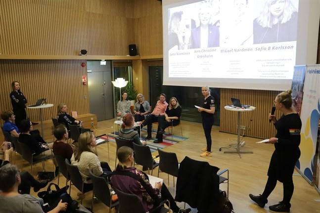 """""""Naiset vaikuttajina – en mer välkomnande idrott"""" lockade ett 30-tal åhörare till Folkhälsanhuset Wasa på torsdagskvällen."""