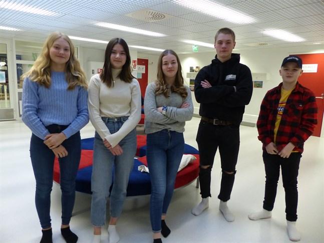 Ida Ekebom, Tilde Moliis, Nellie Sjöblom, Samuel Streng och Linus Heinonen vill gärna åka till Öjberget på sportlovet. Men de tror att bristen på snö ställer till det.