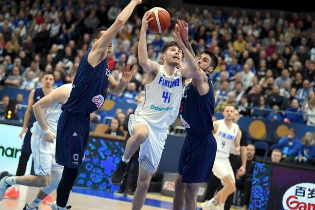 Topias Palmi, som till vardags spelar i italienska Vanoli Cremona, matade på med poäng mot Serbien.