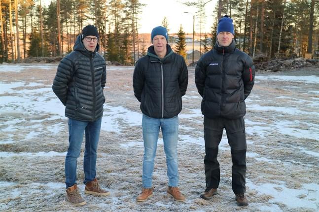 Arrangörsstabens Sören Svenlin, Stefan Storvall och Dan-Olav Spets har gett upp hoppet om att kunna arrangeras FSS-mästerskapen på Tössbacken i Kronoby. Nu står hoppet till Pedersöre skidcentrum i Lappfors.