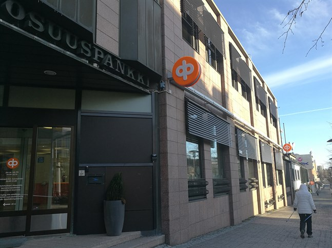 Mellersta Österbottens Andelsbank har kontor i centrum av Karleby.