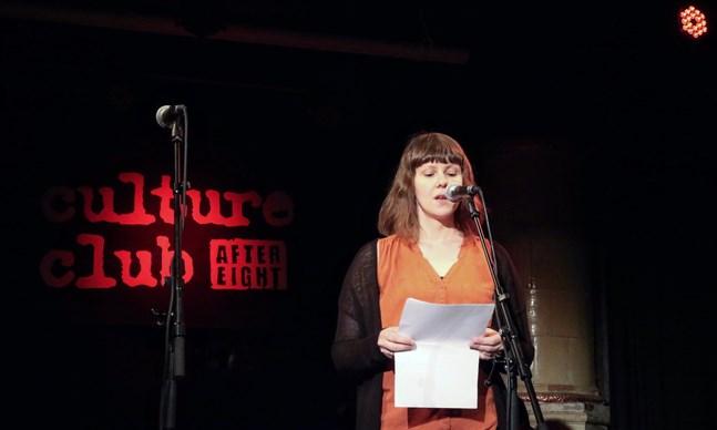"""Emma Ahlgren läste upp två dikter under evenemanget """"Poesi om romanser""""."""
