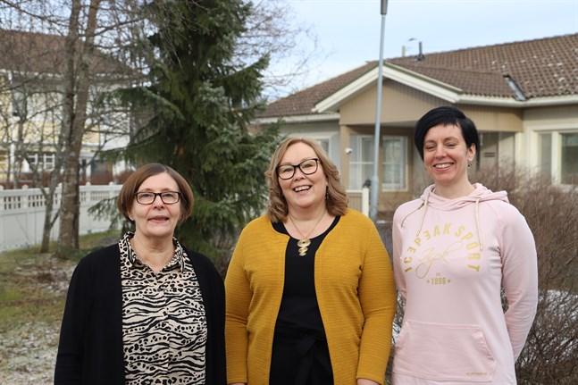 Hilkka Sundqvist, Sirpa Siirtola och Piia Hägen tänker fortsätta att fira internationella Care Day varje år. Men i år firar de lite extra med ett överlevnadspaket till barnskyddets eftervård i Vasa.