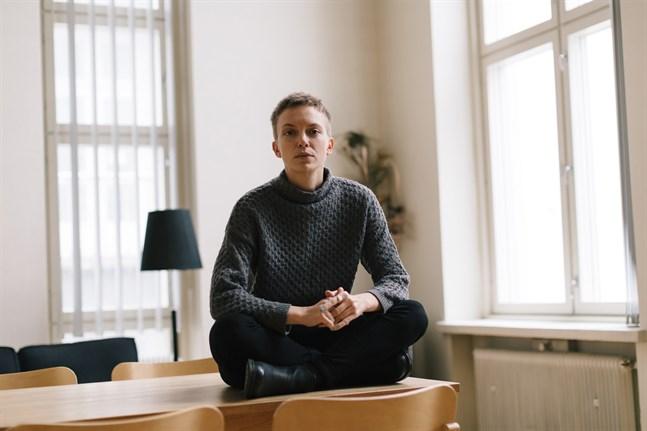 """Lina Bonde är genusvetare från Nykarleby. Hon debuterar med diktboken """"tecknar snö""""."""