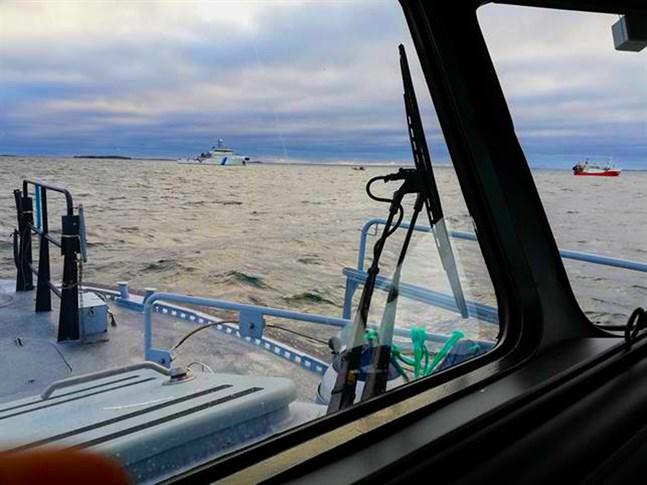 En trålare tappade styrförmågan på Skärgårdshavet och började driva mot grund.