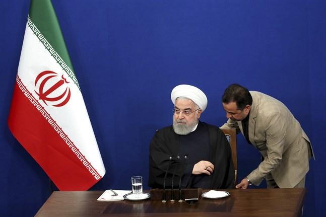 Irans president Hassan Rohani har förespråkat ett högt valdeltagande. På bilden får han hjälp med sin stol vid en presskonferens i Teheran tidigare i februari.