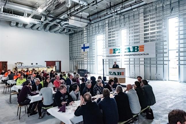 Talen avlöste varandra på Språkbadsskolans taklagsfest. Många uppskattade de öppna och moderna lokalerna.
