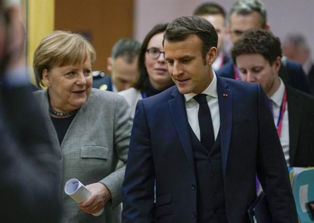 Tysklands förbundskansler Angela Merkel och Frankrikes president Emmanuel Macron i korridorerna under EU-toppmötet i Bryssel.