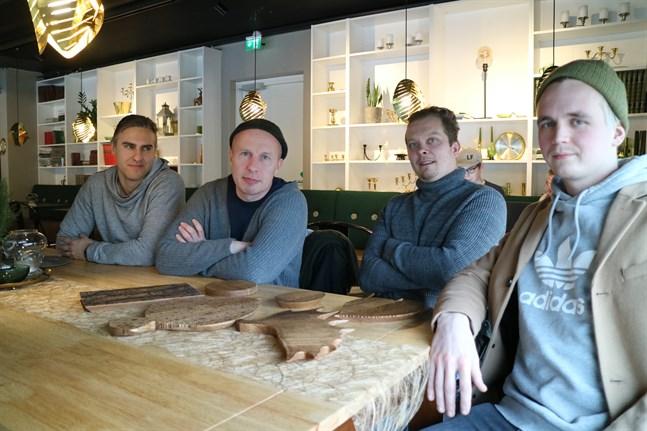 Jouni Toivanen (andra från vänster), här tillsammans med Johan Brunell, Mika Vacker och Misha Åkerholm från Botnia Orientalis Design, besökte Jakobstad för första gången på fredagen.