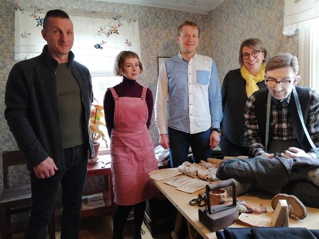 K.H. Renlunds museum har fått resurser för att få till stånd ett bredare regionalt samarbete mellan olika muséer. På bilden Jouni Mustonen, Anniina Kiiskinen, Lauri Skantsi, Pirkko Järvelä och en docka som ser mycket verklig ut.