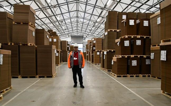 Fabrikschef Håkan Blomqvist vid Stora Enso Packaging i Tjöck tror på fiberbaserade lösningar när plasten ska ersättas. I fjol blev det nytt produktionsrekord vid enheten.