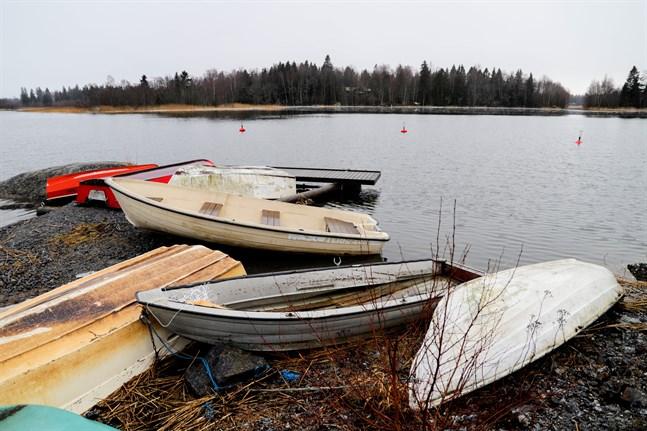 Vattenståndet var som högst nästan en meter över det normala under fredagen men började sjunka till kvällen. En del båtar som är uppdragna på land har fått det blött om aktern. Bilden är från båthamnen i Västervik.