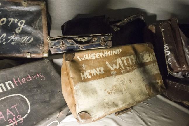 """Det är en gastkramande upplevelse att vandra genom koncentrationsläger och se vad människor lämnat efter sig, skriver Alf Holm. På bilden syns resväskor i Auschwitz, en med texten """"föräldralöst barn""""."""