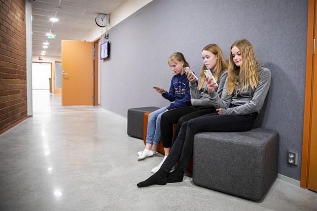 Kan en app förebygga mobbning? Elever i Korsholms högstadium har i en app fått svara på frågor om deras mående i skolan för att förebygga utanförskap och mobbing.