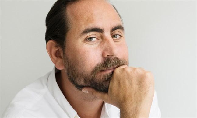 Författaren och journalisten Philip Teir, som växte upp i Jakobstad, får Svenska folkskolans vänners Kulturpris 2021.