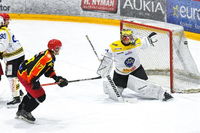Här gör Aleksanteri Limma en snygg balja bakom en chanslös Valtteri Hautakangas.