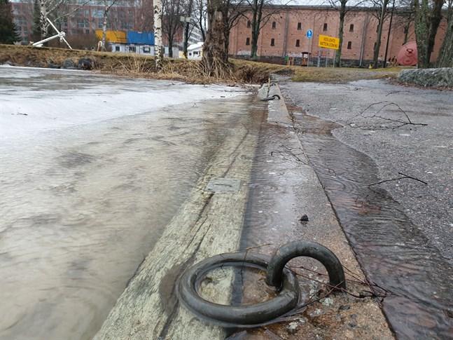 Vattenståndet är nästan en meter över det normala i Vasa. Vid Kronomagasinet vid Strandgatan har vattennivån nått upp till kajkanten.
