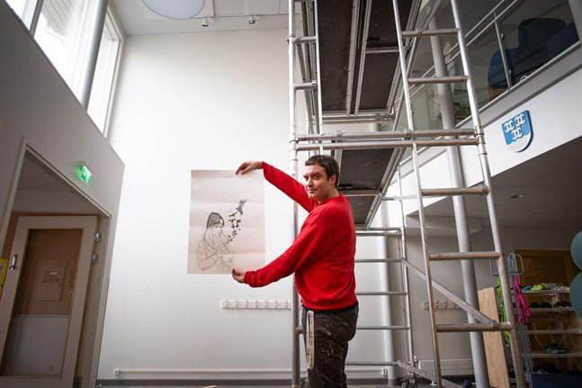 På den vita stora väggen i Yttermalax skola ska Jon Gredmarks skiss snart börja ta form.