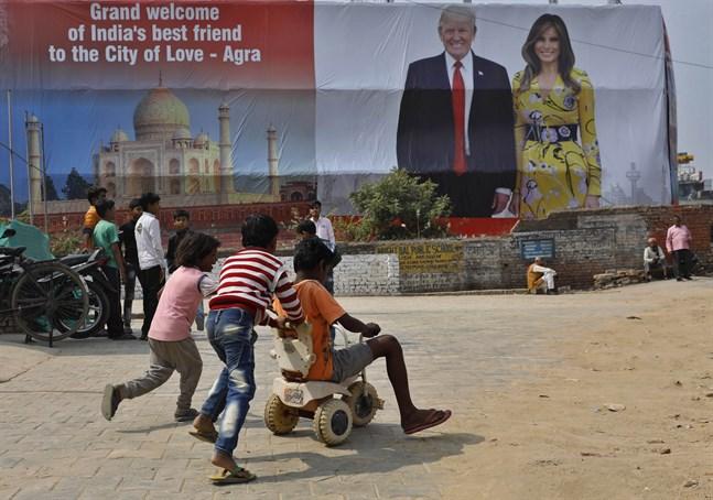 Plakat som välkomnar presidentparet Donald och Melania Trump till staden Agra i Indien där monumentet Taj Mahal ligger.