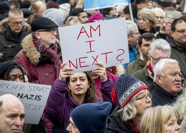 """En kvinna håller upp en skylt med texten """"Står jag på tur?"""" under en demonstration i Hanau lördagen efter det misstänkta terrordådet."""
