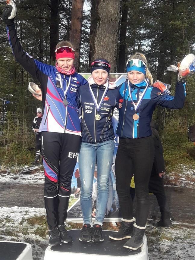 Ellinor Halonen fick kliva högst upp på prispallen vid skolmästerskapen på skidor. Här tillsammans med tvåan Emmi Nieminen, till vänster, och trean Signe Jakobsson.