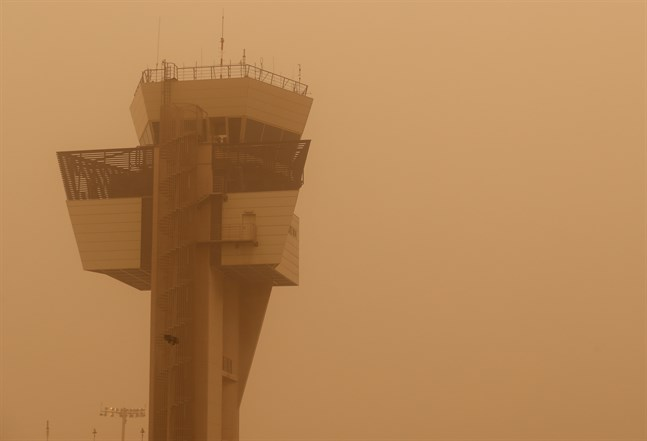 Ett kontrolltorn på den sandstormsdrabbade flygplatsen i Las Palmas.