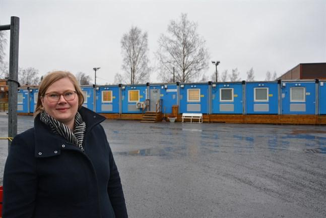 Socialbyrån och hälsocentralen verkar just nu i baracker, som är placerade vid idrottshallen. Grundtrygghetsdirektör Tiia Krooks säger att personalen ser framemot nya lokaler.