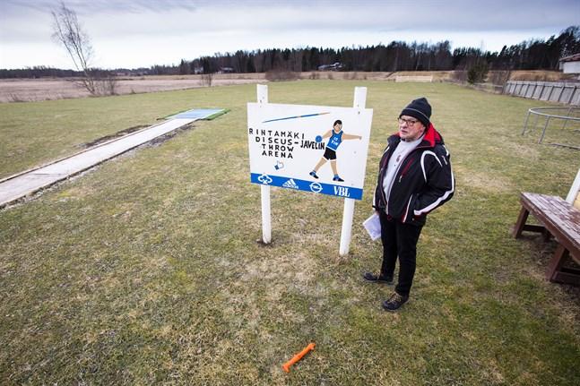 Den planerade kraftledningen ska gå över Heimo Rintamäkis diskus- och spjutplan. Han hoppas att ledningen kan flyttas till åkrarna på andra sidan bäcken i stället.