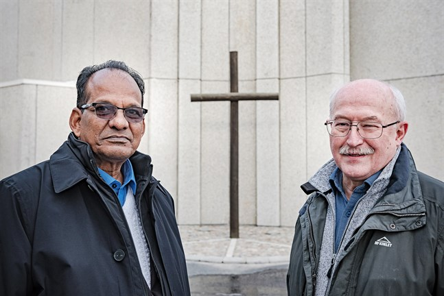 Jacob Chaeko och Vilgot Svedman utanför Pingstkyrkan i Jakobstad. De har sedan 90-talet hjälpt fattiga barn i norra Indien att gå i skola och nu reser de runt i Österbotten för att berätta om resultatet som blivit möjligt tack vare stödet från österbottniska företag.