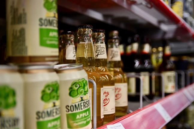 I nuläget är mervärdesskatten för alkohol densamma om drycken köps på restaurang eller på Alko. Riksdagsledamöterna vill främja en socialare alkoholkultur genom att sänka skatten för alkohol köpt på restaurang.