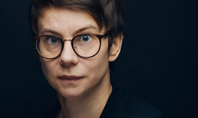 Teaterregissören Milja Sarkola gör en stark romandebut i vår.