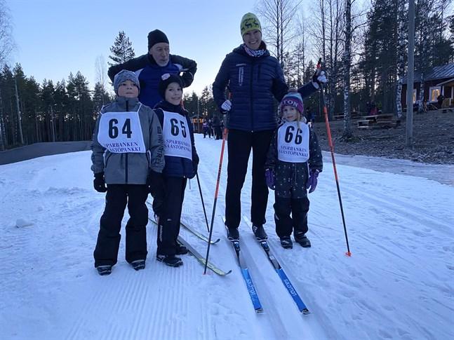 Sune och Elisabeth Nybacka ska skida Vasaloppet på söndag. Till Vargbergets Vasalopp tog man med sig brorsonen Lucas Lindberg, till vänster, samt barnen Carl och Sophia Nybacka.