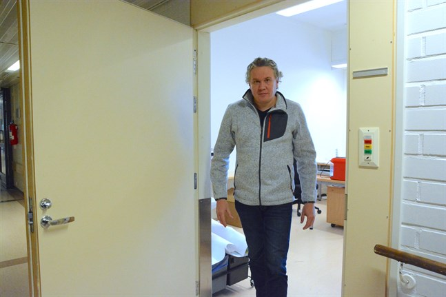 Vägmästaren Niklas Brandt, har då och då ärende till tekniska direktörens nya arbetsrum så länge som han är tf teknisk direktör. Det nya rummet finns i före detta bäddavdelningen.